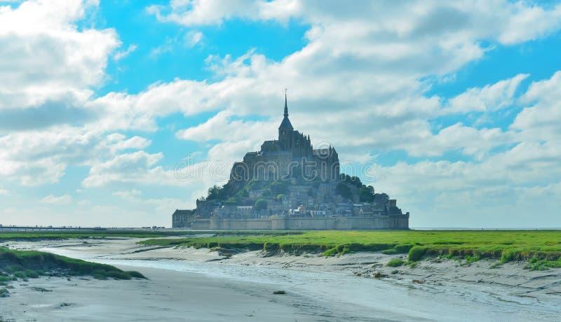 Mont Saint Michel in tempo soleggiato, Normandia, Francia fotografia stock libera da diritti