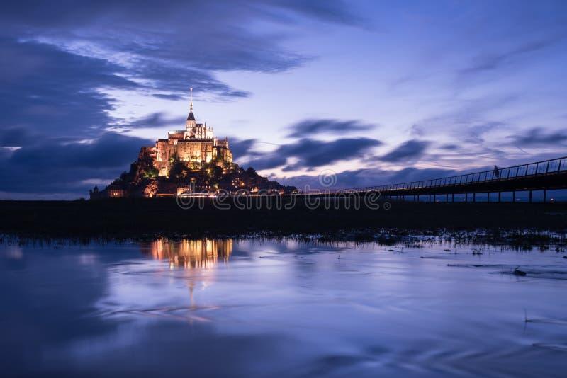 Mont St Michel med vattenreflexion under nattetid royaltyfria foton