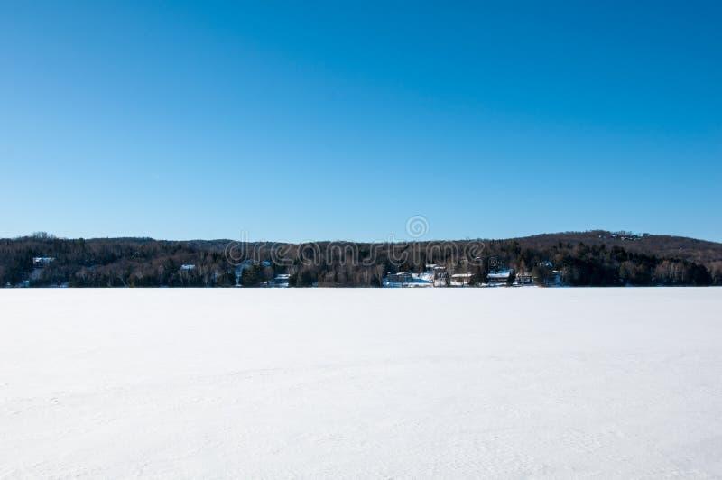 MONT-TREMBLANT, QUEBEC, CANADÁ - 26 DE DICIEMBRE DE 2017: Paisaje del invierno de Mont-Tremblant con el lago congelado, los árbol imagenes de archivo
