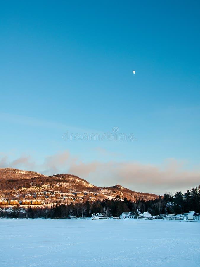 MONT-TREMBLANT, QUEBEC, KANADA - 26 2017 GRUDZIEŃ: Zima krajobraz Mont-Tremblant księżyc i ośrodek narciarski zdjęcia royalty free