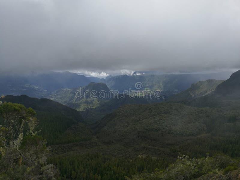 Montaña île de la réunion de la nube imagen de archivo