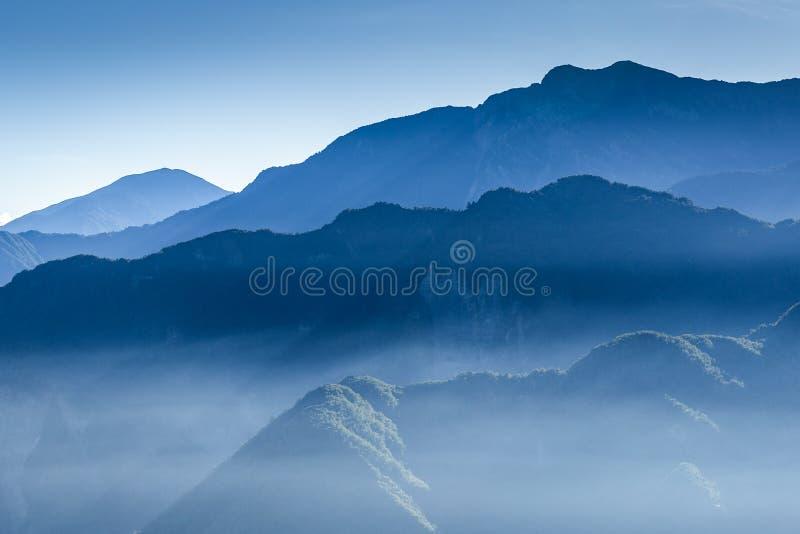 Montaña azul nebulosa cubierta por la niebla fotografía de archivo libre de regalías