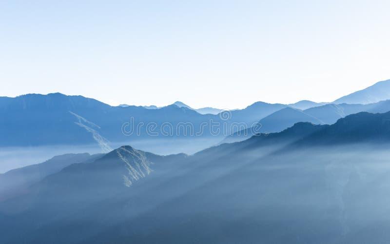 Montaña azul nebulosa de la montaña de Zhushan en Taiwán foto de archivo