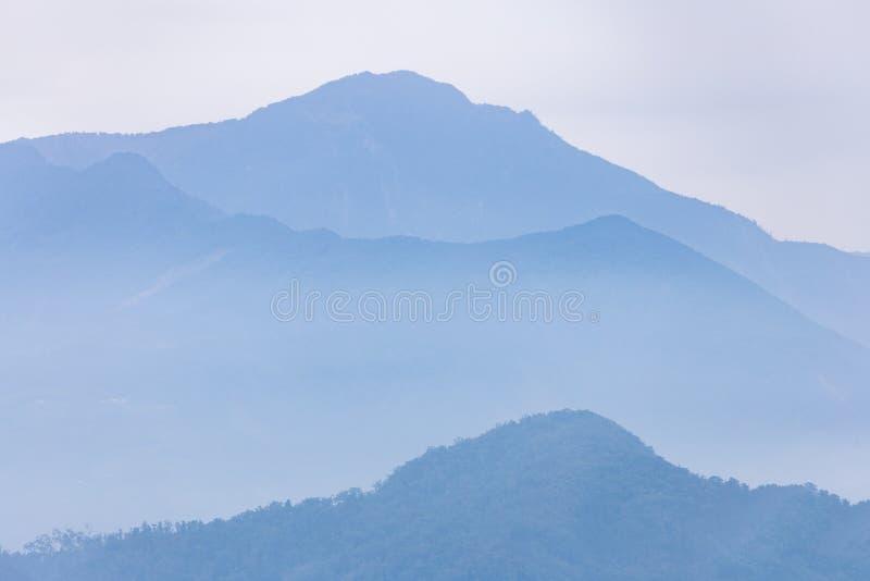 Montaña azul nebulosa del lago moon de Sun en Taiwán fotos de archivo