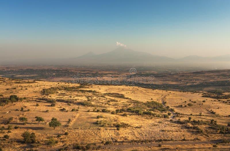 Montaña bíblica famosa de Ararat y de campos extensos fotografía de archivo