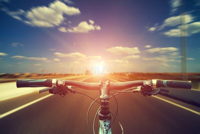 Montaña biking abajo de la colina que desciende rápidamente en la bicicleta Visión desde fotografía de archivo libre de regalías
