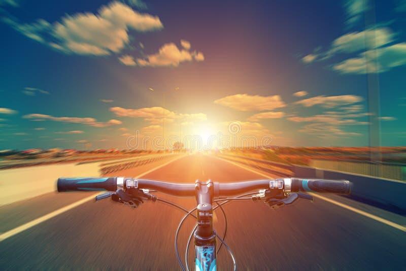 Montaña biking abajo de la colina que desciende rápidamente en la bicicleta Visión desde foto de archivo libre de regalías