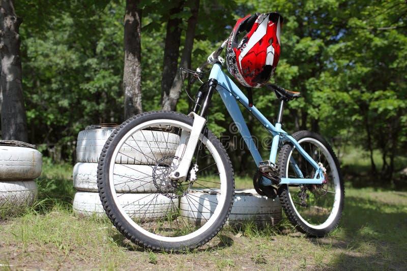 Montaña biking con el casco en el volante fotos de archivo libres de regalías