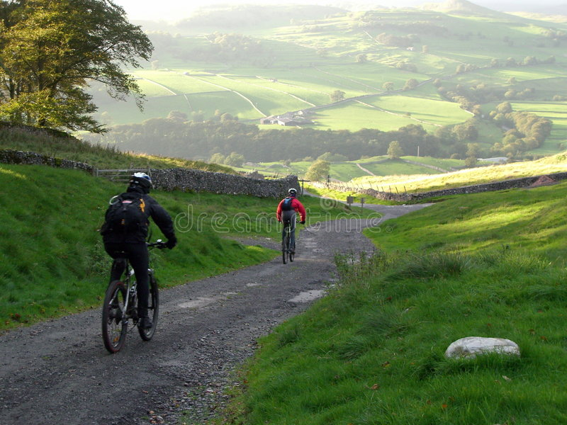 Montaña Biking en el Yorkshi imagenes de archivo