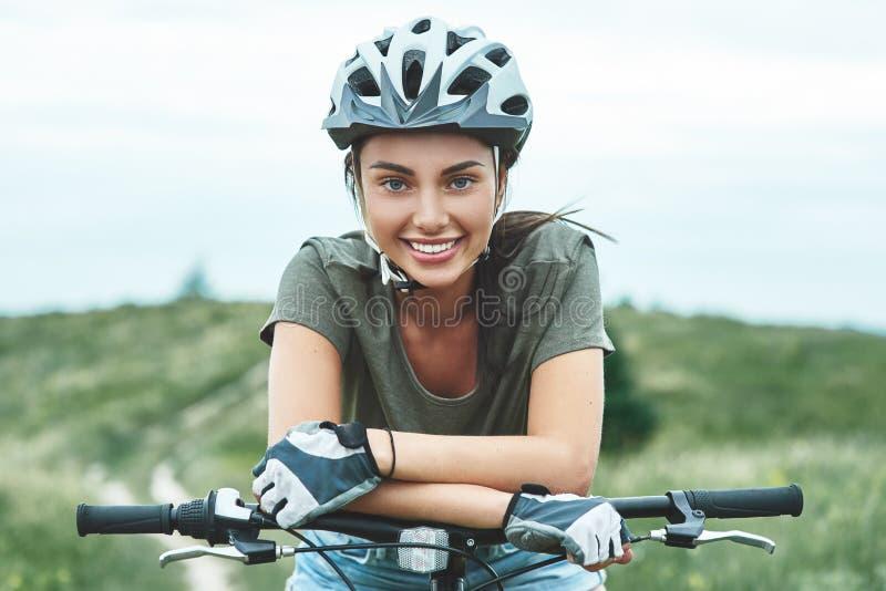 Montaña biking - la mujer con el fatbike disfruta de vacaciones de verano Cierre para arriba foto de archivo libre de regalías