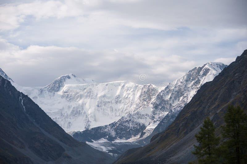 Montaña blanca con el cielo nublado imágenes de archivo libres de regalías