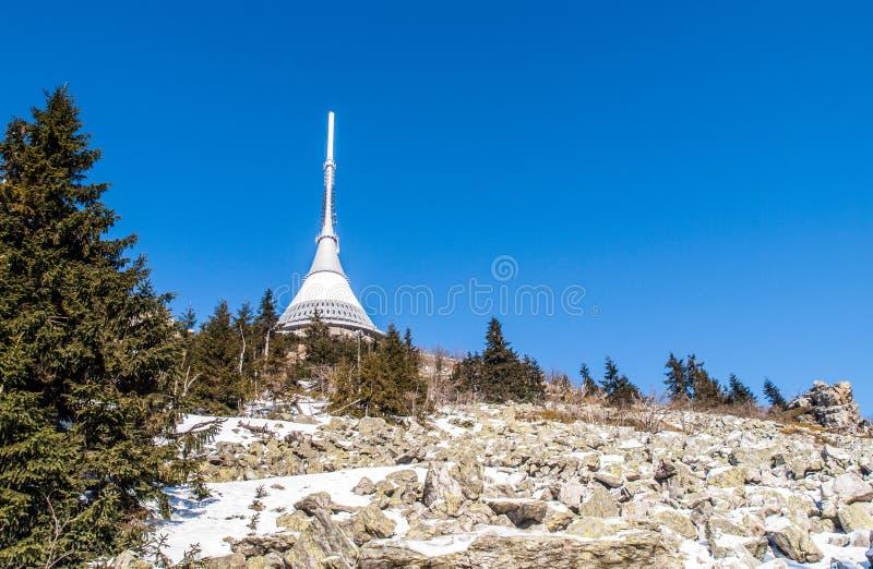 Montaña bromeada con el transmisor único de la TV cerca de Liberec, República Checa fotografía de archivo libre de regalías