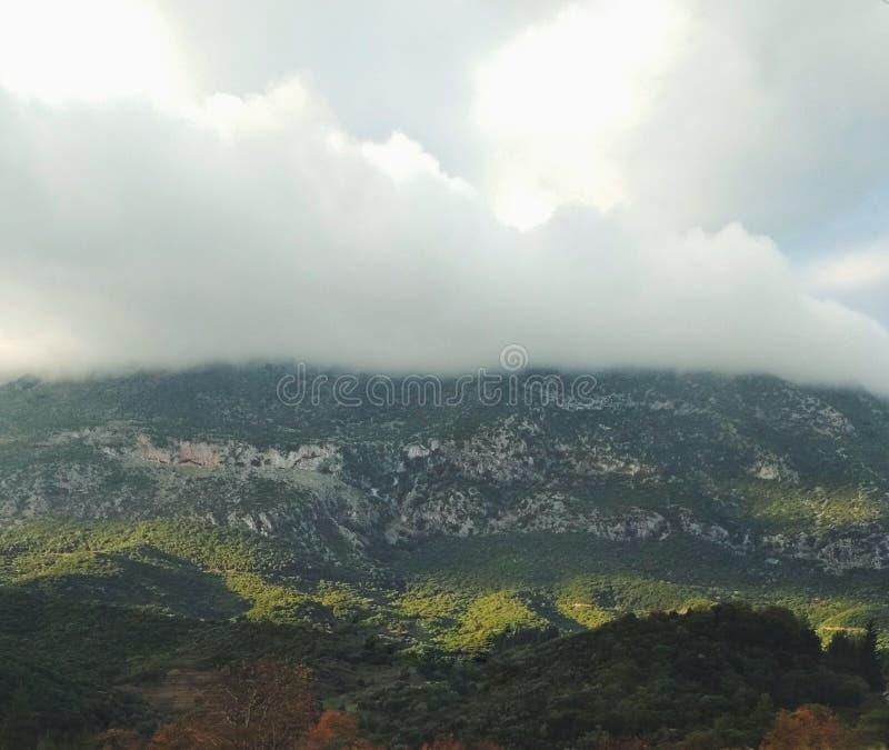 Montaña brumosa foto de archivo