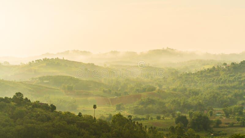 Montaña brumosa por la mañana en el phetchabun Tailandia del kho del khao imagen de archivo libre de regalías