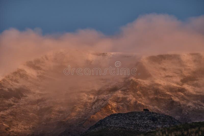 Montaña brumosa pronto después de la salida del sol, Sedella España fotos de archivo libres de regalías