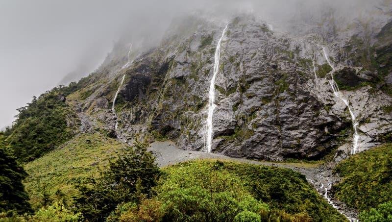 Montaña brumosa y cascada después de la lluvia imagen de archivo