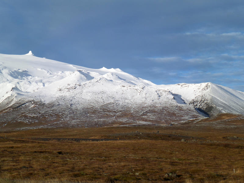 Montaña capsulada nieve a lo largo del camino en la península de Snaefellsnes, Islandia fotos de archivo libres de regalías