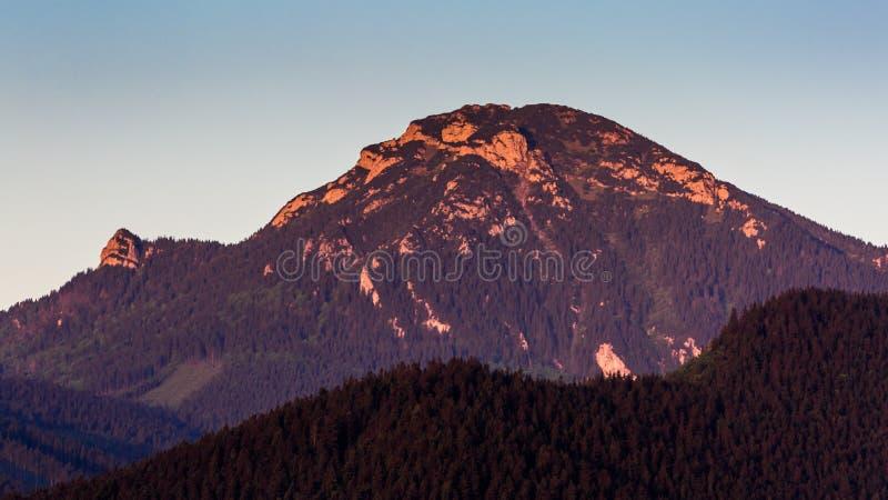 Montaña Choc en la salida del sol cerca de Dolny Kubin, Eslovaquia fotos de archivo