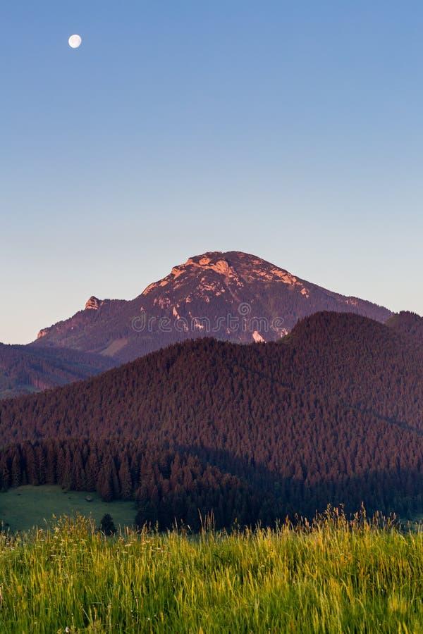 Montaña Choc en la salida del sol cerca de Dolny Kubin, Eslovaquia imagen de archivo