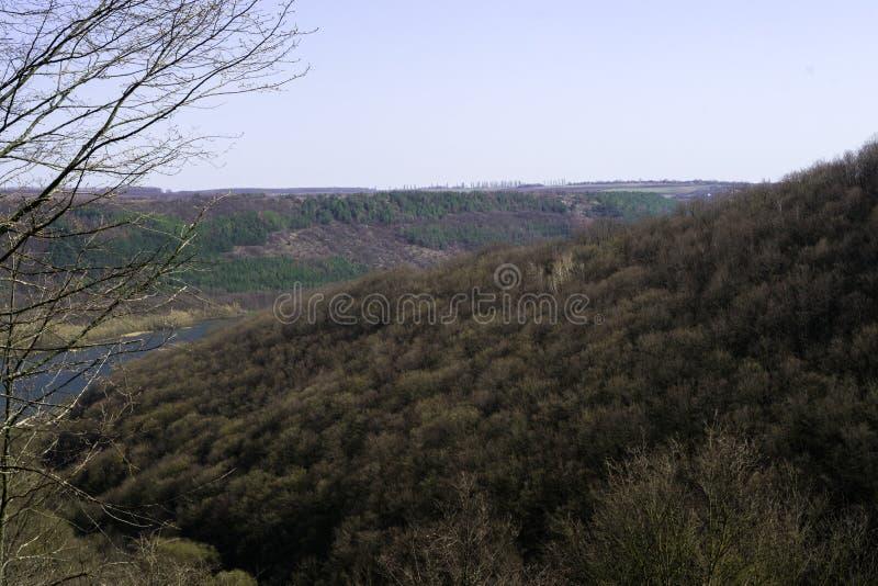 Montaña colorida con el río en día soleado fotos de archivo libres de regalías