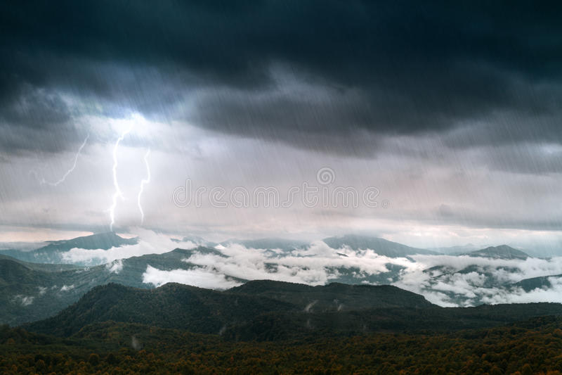 Montaña con el cielo y la iluminación fotografía de archivo