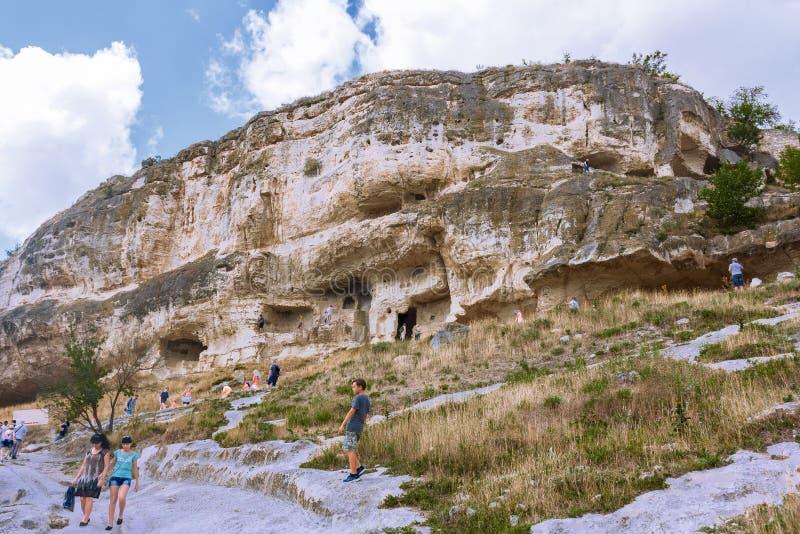 Montaña con las cuevas naturales y artificiales, un lugar de la visita activa de los turistas y viajeros fotografía de archivo libre de regalías