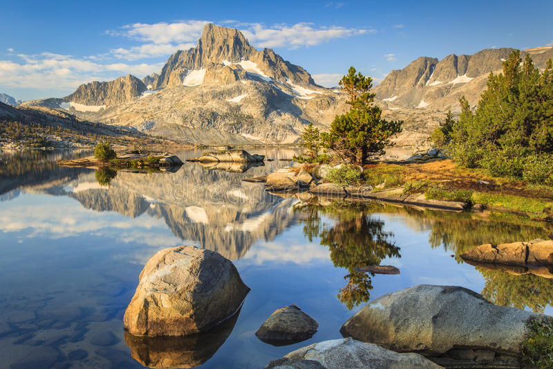Montaña con las rocas y los lagos imagenes de archivo
