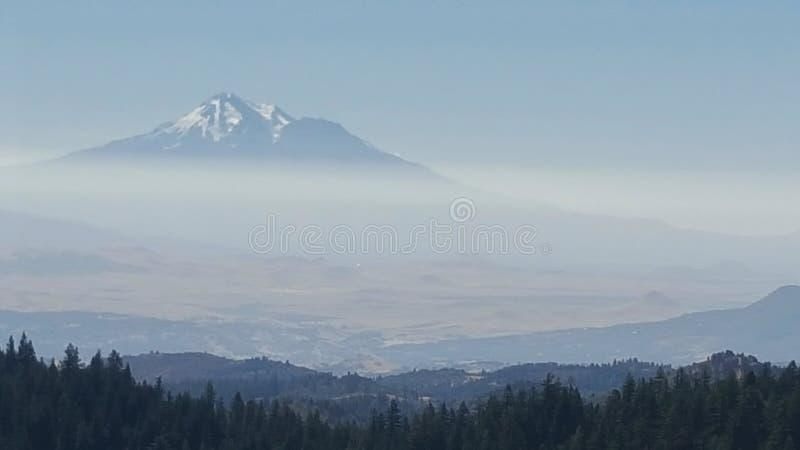 Montaña con nieve en el rastro pacífico de la cresta fotografía de archivo libre de regalías