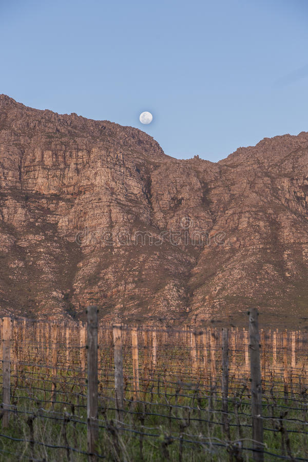 Montaña con salida de la luna fotografía de archivo libre de regalías
