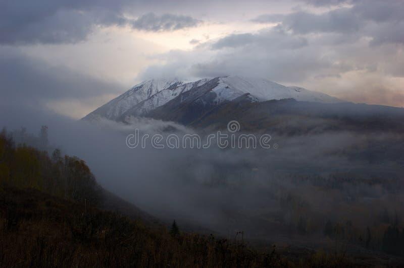 Montaña Coronada De Nieve Imágenes de archivo libres de regalías