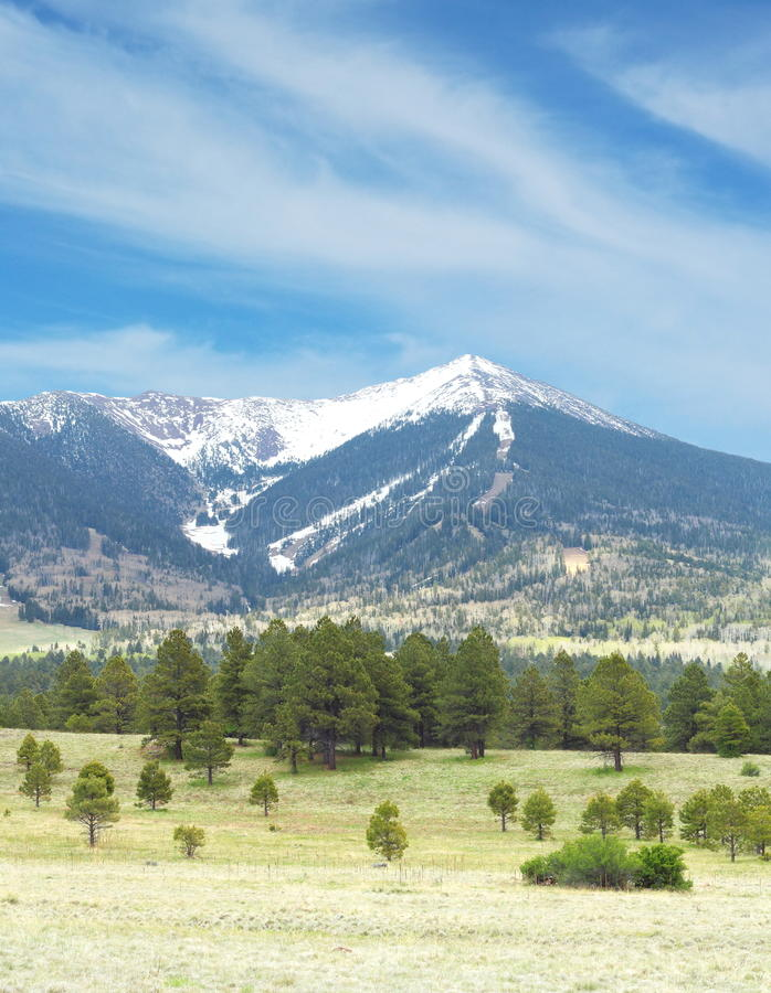 Montaña coronada de nieve imagen de archivo libre de regalías