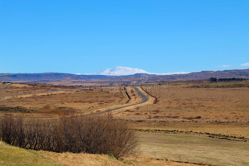 Montaña coronada de nieve distante Islandia fotos de archivo