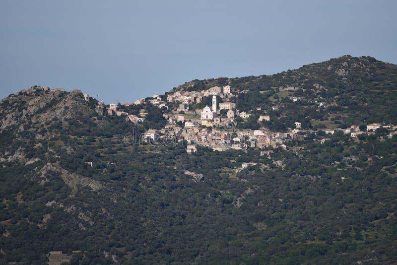 Montaña corsa de Greeen con una ciudad Lavatoggio foto de archivo