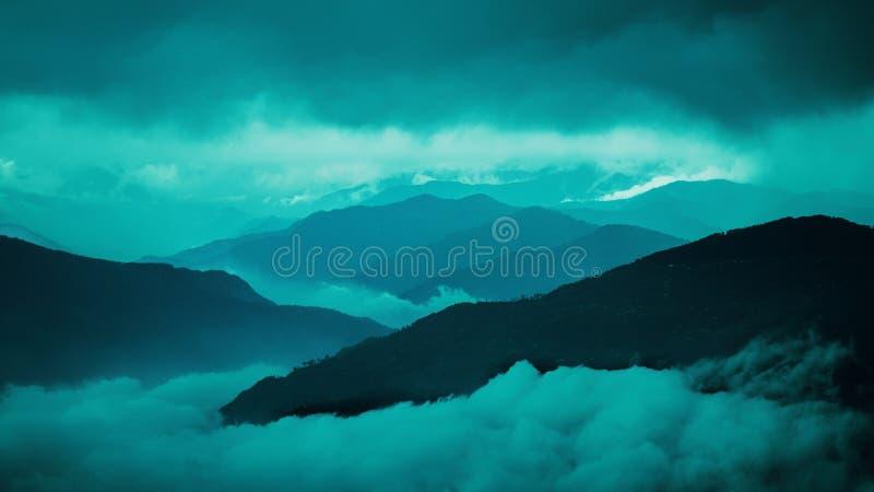 Montaña cubierta de nieve en Darjeeling India con colores del amanecer y nubes monótonas fotos de archivo libres de regalías