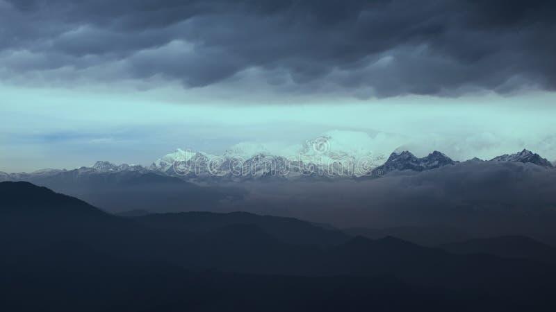 Montaña cubierta de nieve en Darjeeling India con colores del amanecer y nubes monótonas imágenes de archivo libres de regalías