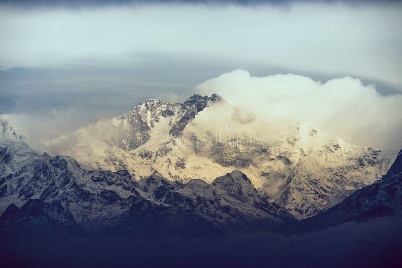 Montaña cubierta de nieve en Darjeeling India con colores del amanecer y nubes monótonas foto de archivo libre de regalías