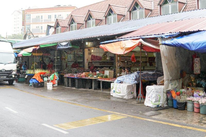 MONTAÑA DE CAMERON, MALASIA - FEBRERO DE 2019: Los turistas hacen compras en el mercado local en llover la estación en Cameron Hi imagen de archivo
