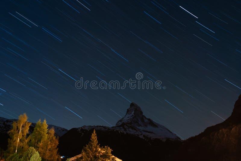 Montaña de Cervino en Suiza en la noche con el cielo por completo de las estrellas, visión en Zermatt en verano foto de archivo libre de regalías