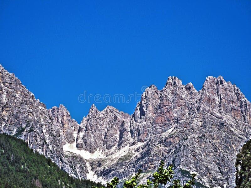 Montaña de Dolomiti en el lago del molveno fotos de archivo