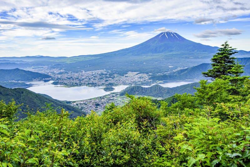 Montaña de Fuji y ciudad de Fujikawaguchiko tomada de la montaña en verano, lago Kawaguchiko, Japón de Shingotoge fotografía de archivo libre de regalías