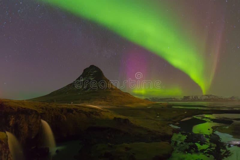 Montaña de Kirkjufell con la aurora boreal hermosa y completamente de la opinión de la noche de la estrella, Islandia foto de archivo libre de regalías