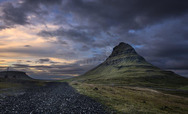 Montaña de Kirkjufell en la oscuridad foto de archivo libre de regalías