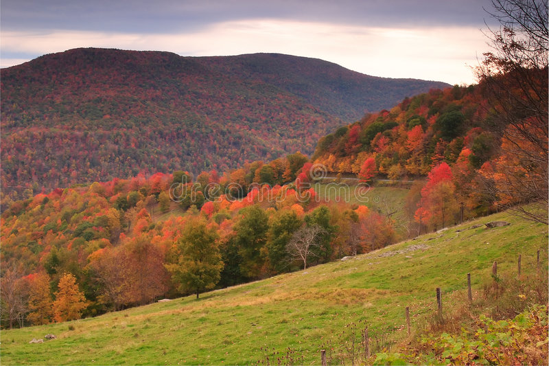 Montaña de la caída escénica imagen de archivo