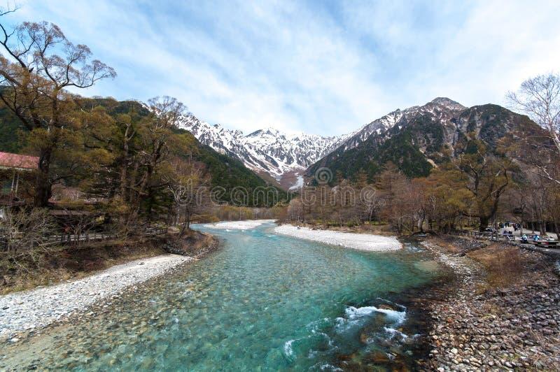Montaña de la corriente en Kamikochi fotografía de archivo