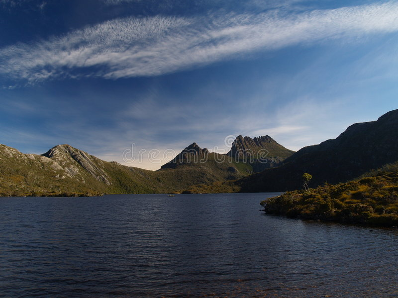 Montaña de la horquilla sobre paloma del lago fotografía de archivo libre de regalías