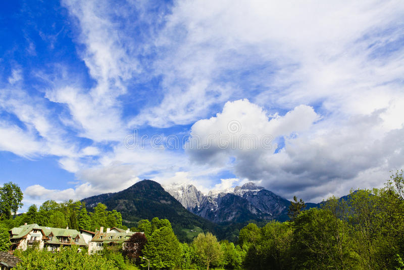 Montaña de la nieve bajo las nubes fotos de archivo libres de regalías