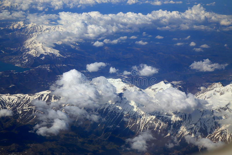 Montaña de la nieve de la ventana del aeroplano imágenes de archivo libres de regalías