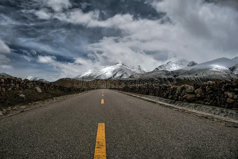 Montaña de la nieve del camino de la carretera 318 de Tíbet China foto de archivo libre de regalías
