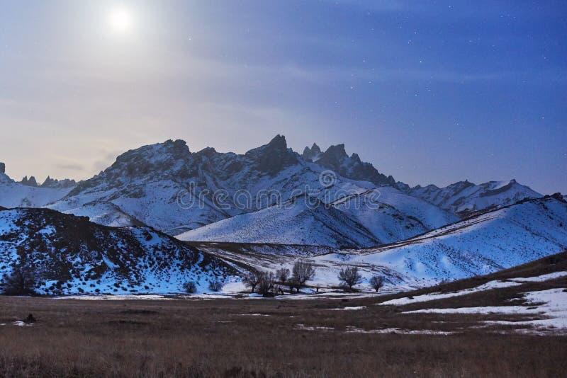 Montaña de la nieve en el claro de luna imágenes de archivo libres de regalías