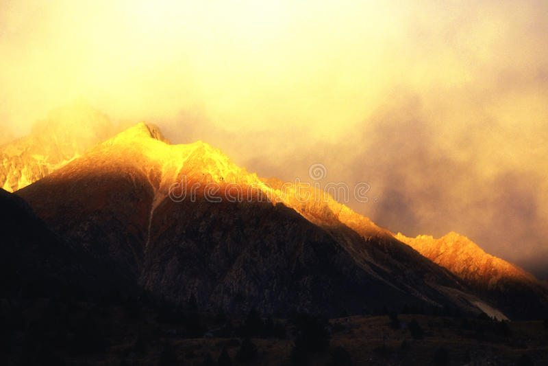 Montaña de la nieve en puesta del sol fotografía de archivo libre de regalías